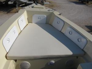 Το στρίτσιο της πλώρης με 4 πλαϊνά locker και χώρο αποθήκευσης κάτω απο το μαξιλάρι