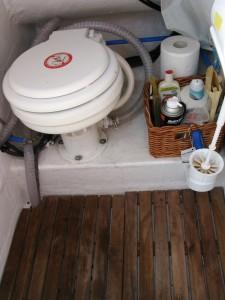 Η τουαλ�τα με ηλεκτρική αντλία και δεύτερο ντούς