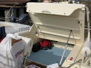 Η πίσω διπλή καμπίνα με ηλεκτρική ανύψωση καπακιού.