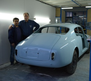 The B20S has received the first coat of its factory color, the fabulous  AZZURRO AGNANO-CELESTE AURELIA. Here Byron with our bodyshop colleague Dimitri.