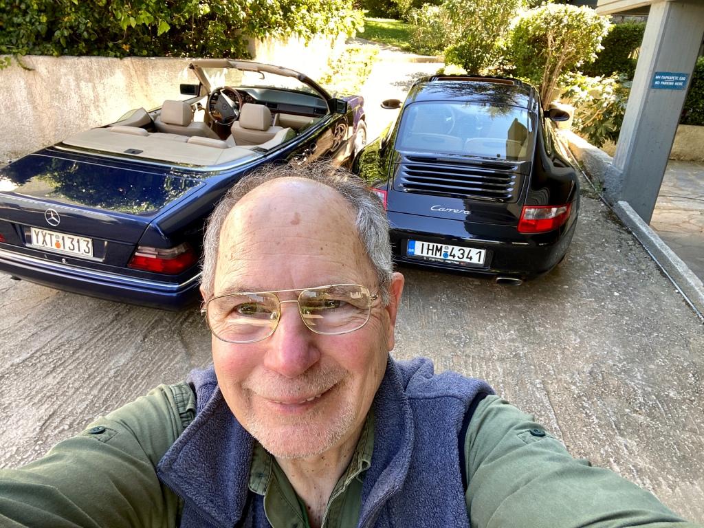 Ο Βύρων ποζάρει σε selfie μεγάλης ικανοποίησης και χαράς με την Κοκό και την Κικίτσα στο βάθος 🤓