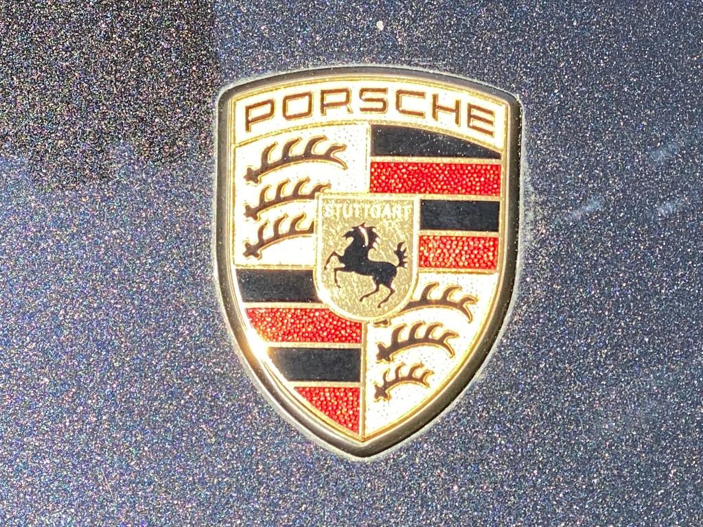 Το σήμα της Porsche επι του καπό